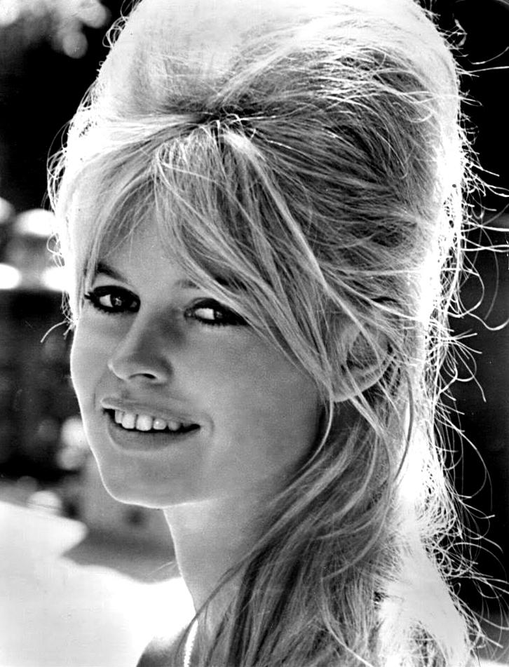 Brigitte Bardot luciendo un peinado de colmena. By MGM - ebay, Public Domain.