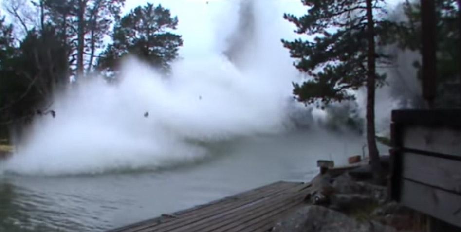 rayo que provoca explosiones en un río