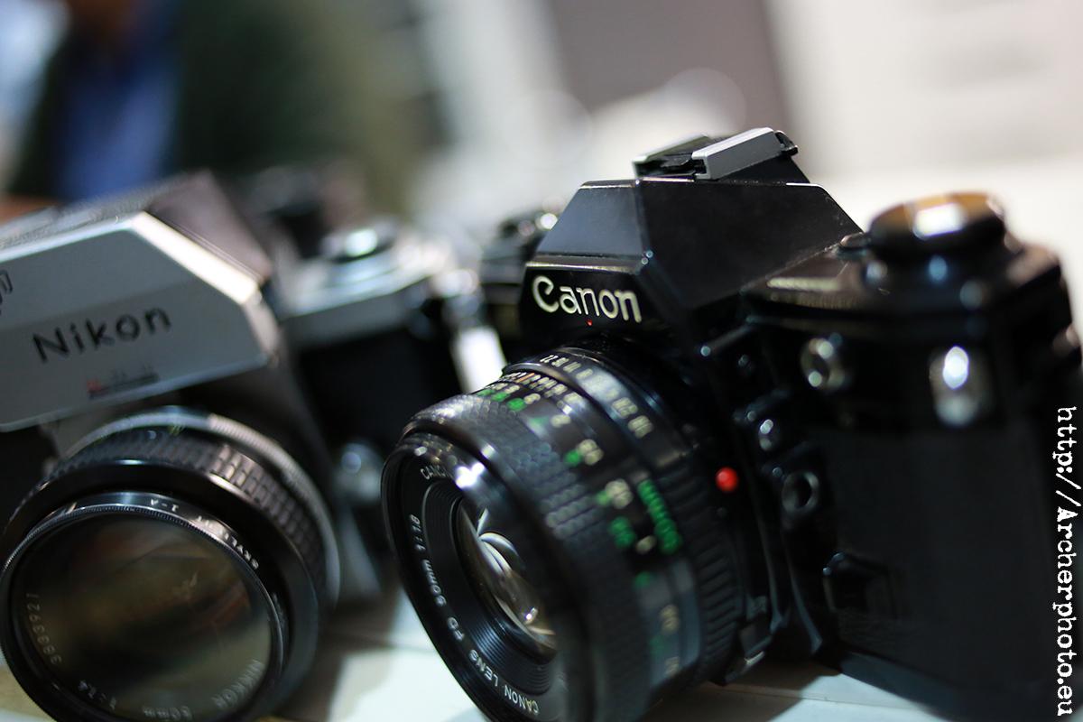 Foto de una cámara Canon y una cámara Nikon