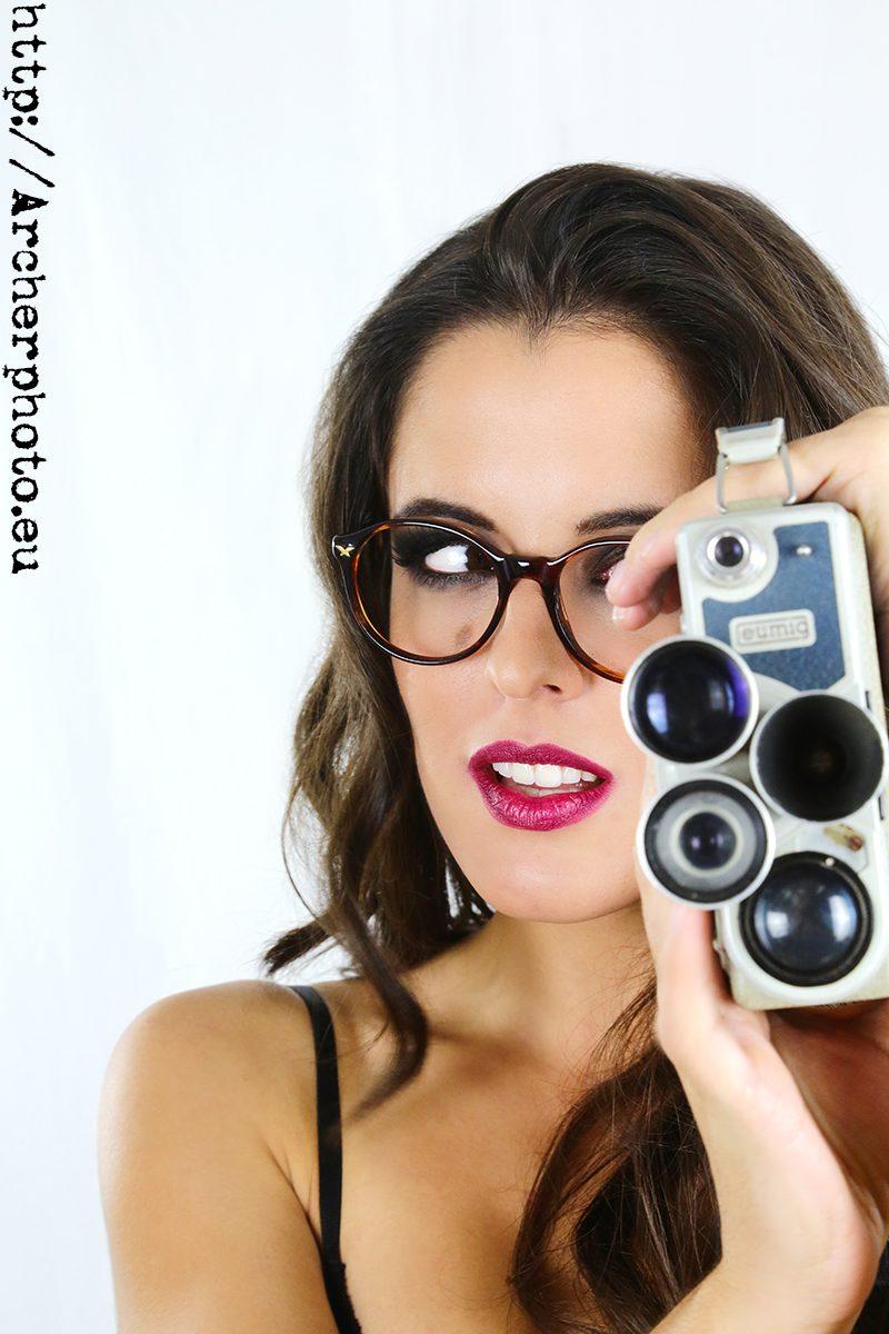 Retrato de Ceci con cámara antigua de 8mm