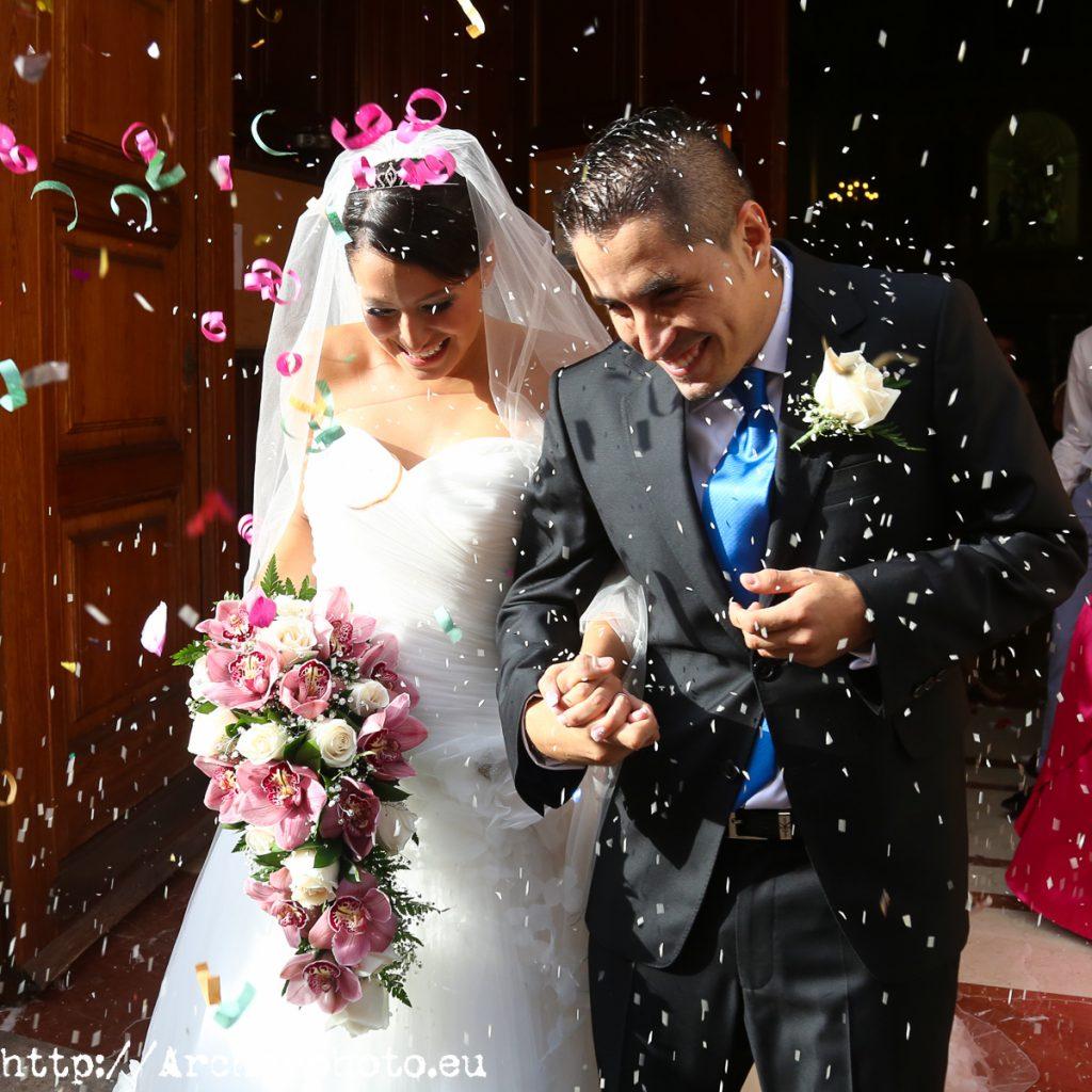 Fotografía de bodas, novios saliendo de iglesia en Valencia, fotógrafo de bodas, Archerphoto