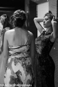De espaldas, Rosa Gasent, con las manos en el pelo, Valentina Esteve