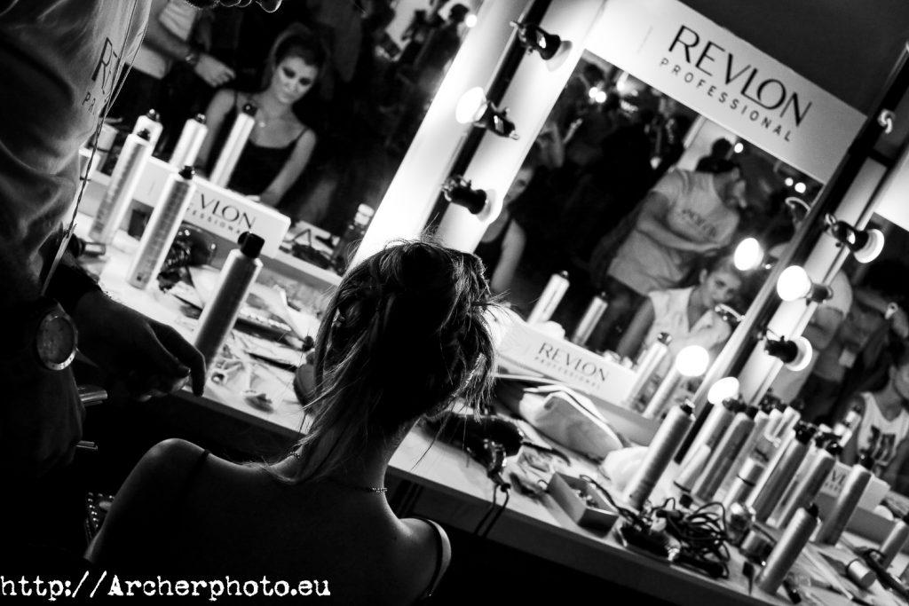 Backstage: lo que no se suele ver de los desfiles, por Archerphoto, fotógrafo profesional en Valencia. Fotografía del backstage, zona de maquillaje y peluquería.