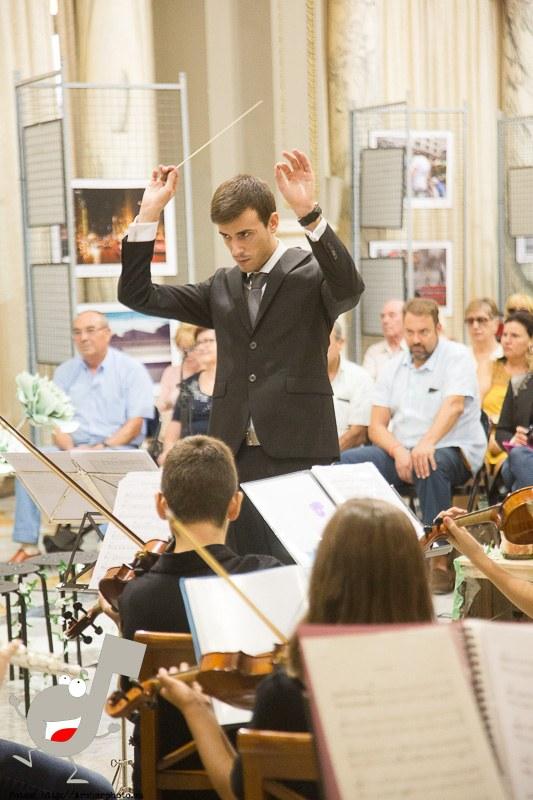 Eros Quesada dirigiendo a Scordae, orquesta sinfónica infantil en el Ayuntamiento de Valencia por Archerphoto, fotógrafo profesional