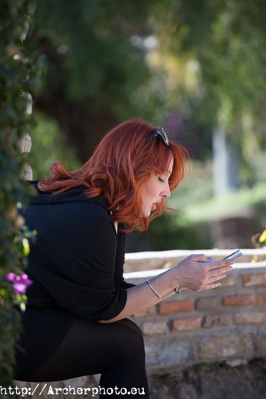 Nadia mirando el teléfono, book de fotos para particulares