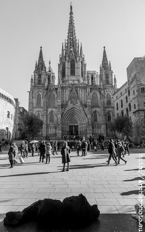 Barcelona, Catedral, turistas y alguien duerme en un banco.