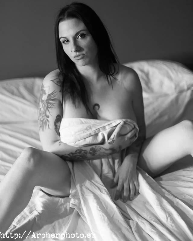 Nathalie en una foto de boudoir en blanco y negro.
