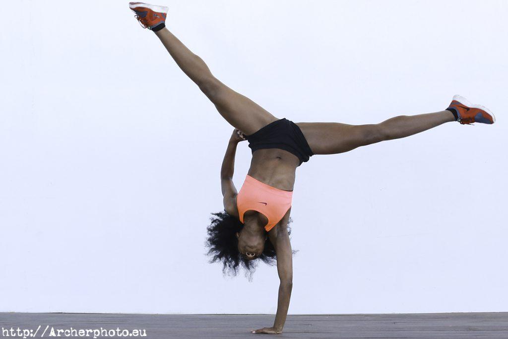 Laetitia haciendo ejercicio, por Archerphoto, fotografo profesional Valencia, rueda lateral a una mano