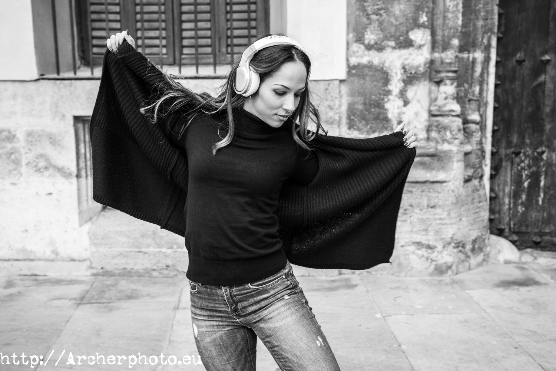 Andrea Vidaurre sesión de fotos bailando en plena calle en Valencia, fotógrafo Archerphoto