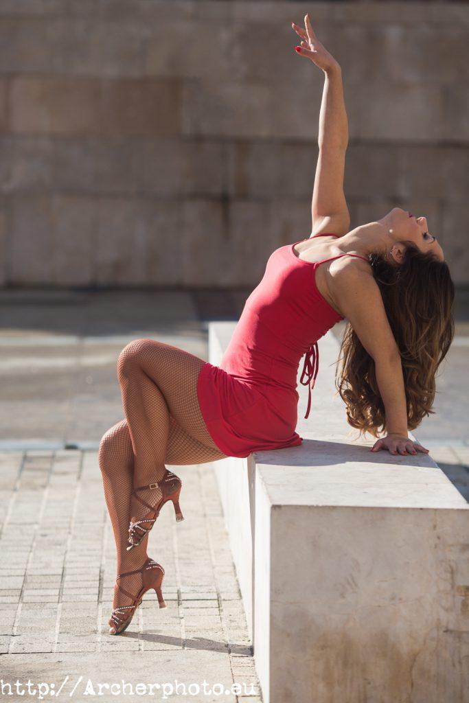Andrea Vidaurre bailando en la calle, por Archerphoto, fotógrafo profesional en Valencia, Barcelona, Madrid.