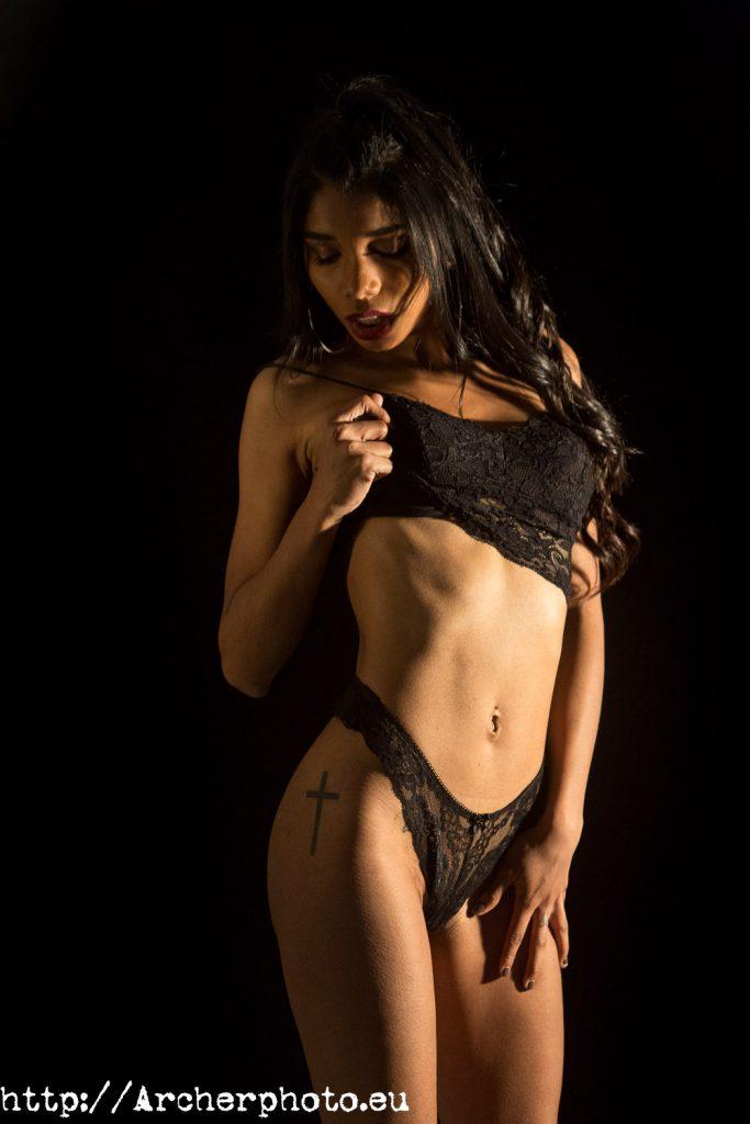 Sara Estellés en lencería negra por Archerphoto, fotografos Valencia