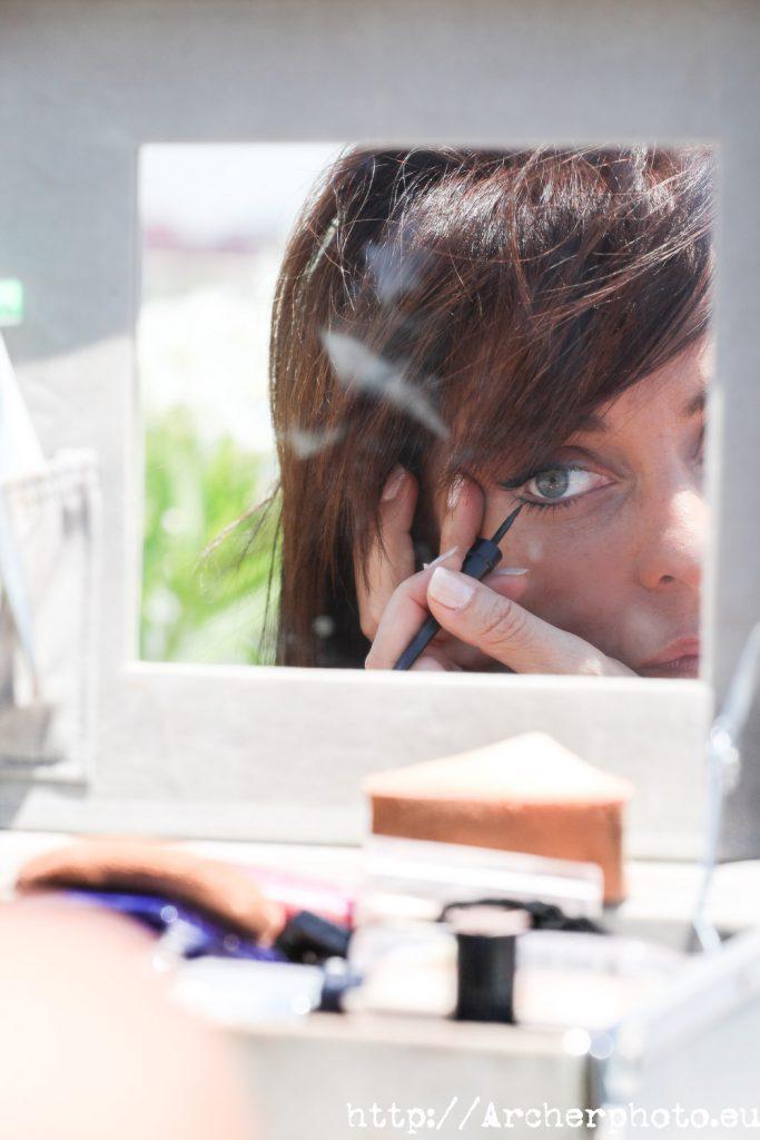 Pilar Gomar retocándose el maquillaje. fotografos Valencia Archerphoto