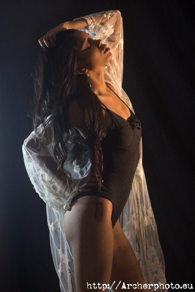 Sara en ek estudio de fotografía en una sesión boudoir.