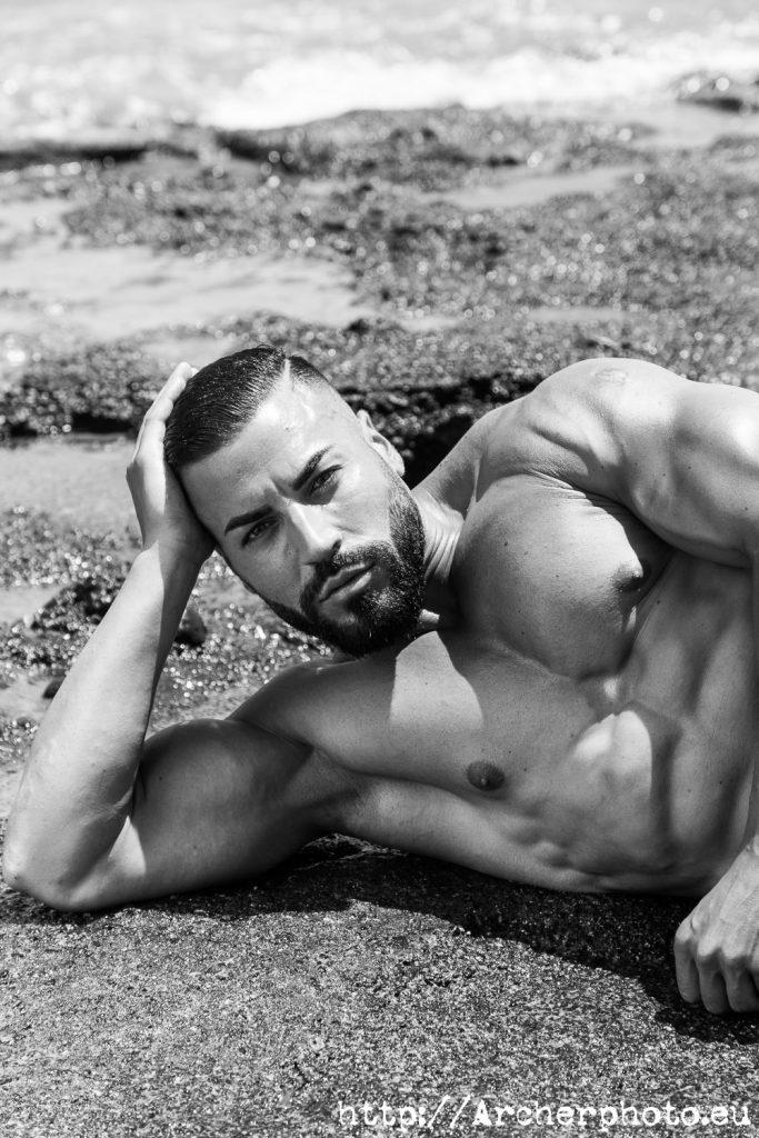sesión de fotos en la playa, foto de Jacobo  en blanco y negro por Archerphoto, fotografo Valencia