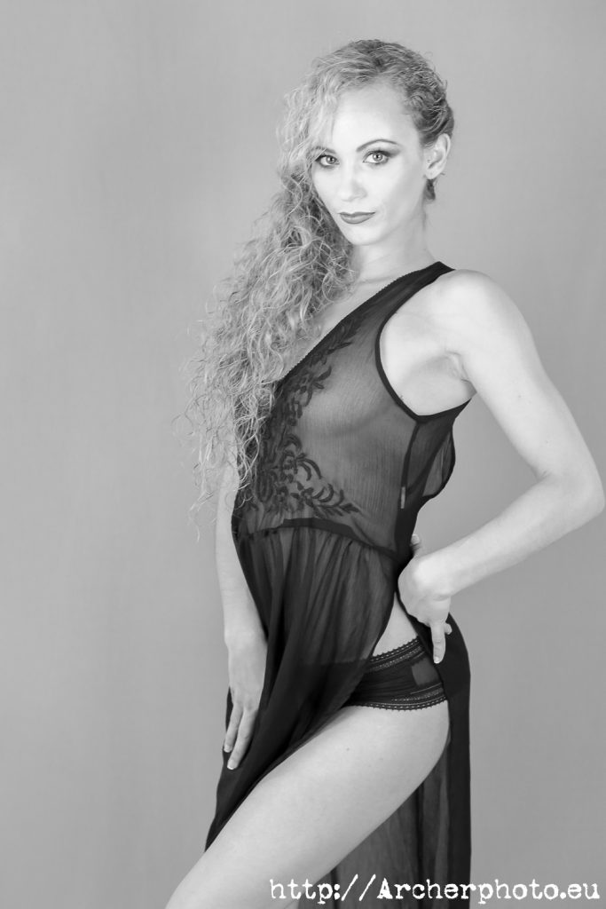 Rebeca, fotografía boudoir en el estudio fotográfico en Valencia, por Archerphoto.