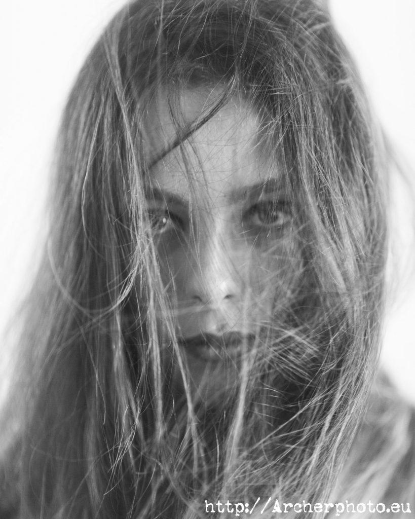 Patricia, primer plano con pelo en la cara, por Archerphoto, fotógrafo