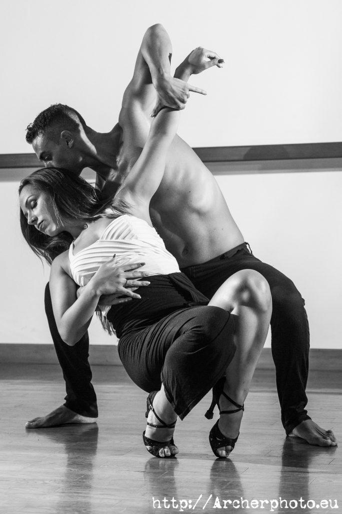 Andrea y Leandro bailando bachata foto en blanco y negro por Archerphoto, fotografos Valencia