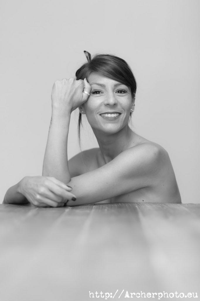 Susana, en una foto en blanco y negro de su book de fotos para particulares, por Archerphoto, fotógrafo en València.