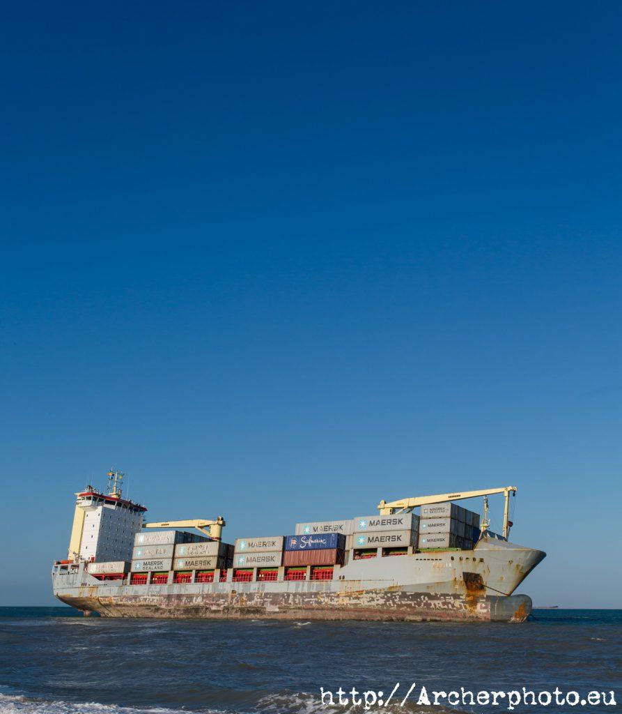 barco varado, Celia,València,2012,fotografía y vídeo en Valencia. Cielo en classic blue.